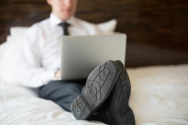 Hombre de negocios usando la computadora portátil en hotel. de cerca