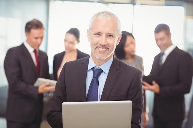 Hombre de negocios usando la computadora portátil en la oficina