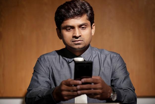 Hombre de negocios usando messenger