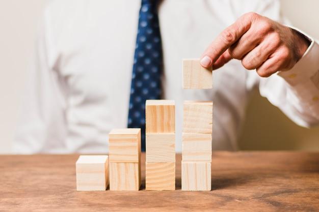 Hombre de negocios usando piezas de madera