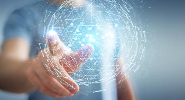 Hombre de negocios usando la representación del holograma 3d de la esfera del estallido del triángulo digital