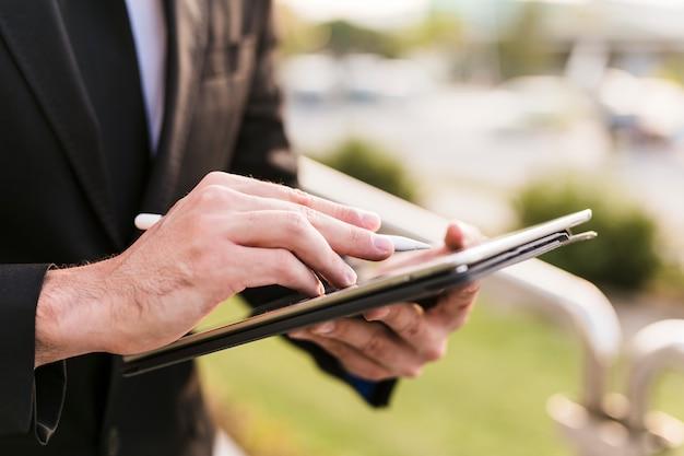 Hombre de negocios usando su tablet