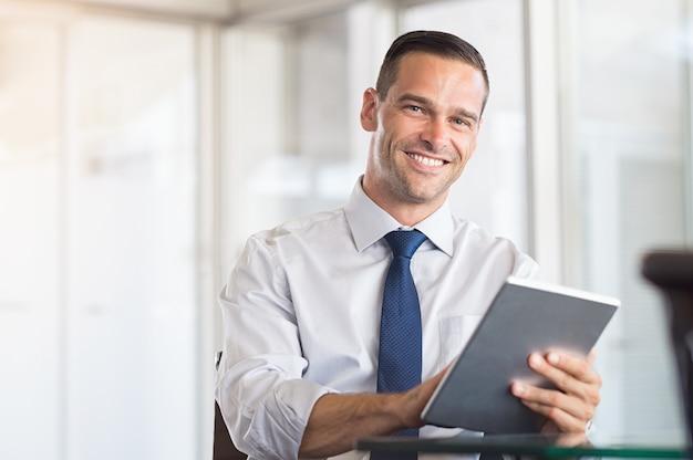 Hombre de negocios usando tableta digital