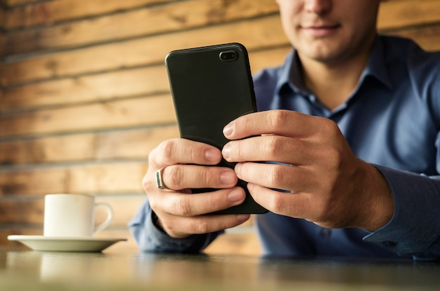 Hombre de negocios usando un teléfono móvil en la oficina