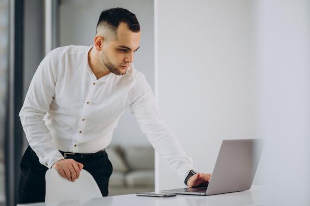 Hombre de negocios, usar la computadora portátil, en, oficina