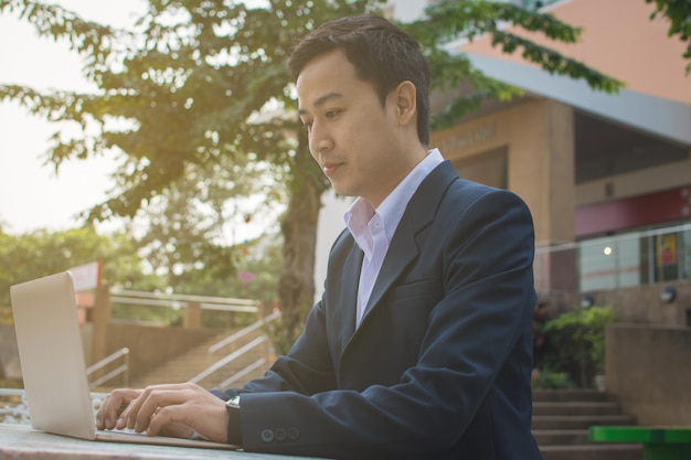 Hombre de negocios, usar la computadora portátil