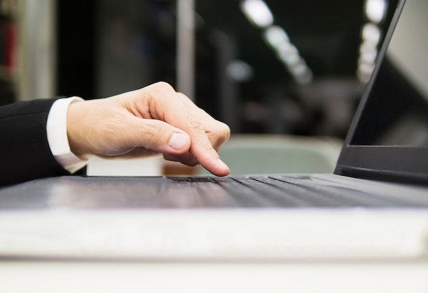 Hombre de negocios está utilizando la computadora portátil en su oficina