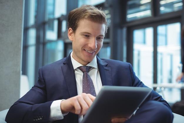 Hombre de negocios, utilizar, tableta digital