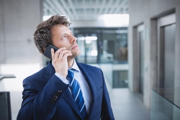 Hombre de negocios, utilizar, teléfono móvil