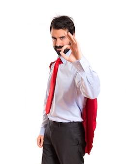 Hombre de negocios, vestido, como, superhéroe, hacer, ok, señal