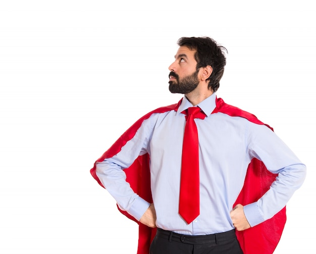 Hombre de negocios vestido como superhéroe orgulloso de sí mismo