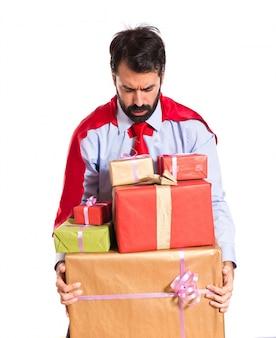 Hombre de negocios, vestido, como, superhéroe, tenencia, regalos