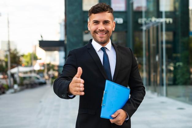Hombre de negocios de vista frontal quiere estrechar la mano