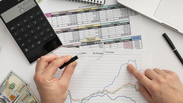 Hombre de negocios de vista superior estudiando un gráfico