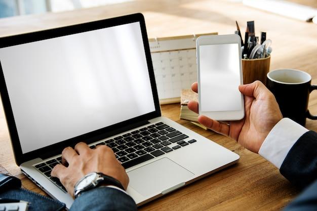 Hombre de negocios working hold phone en una mesa de madera