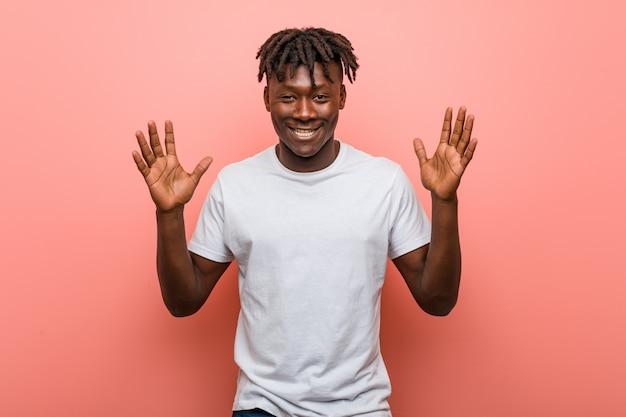 Hombre negro africano joven alegre riendo mucho. concepto de la felicidad.