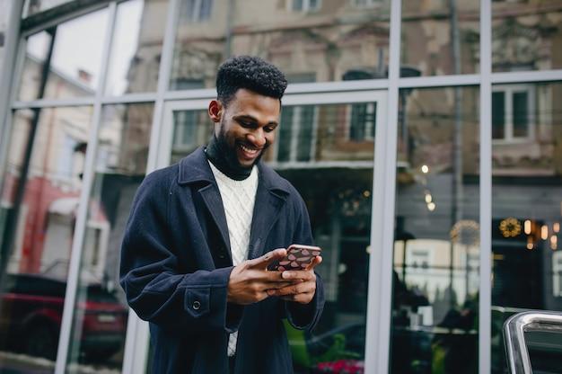 Hombre negro en una ciudad