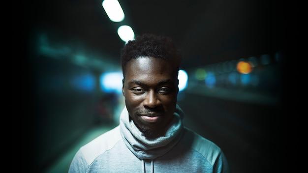 Hombre negro en la ciudad