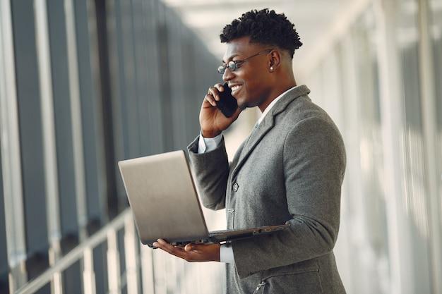 Hombre negro elegante en la oficina