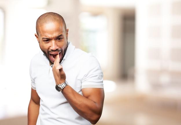 Hombre negro enojado expresión