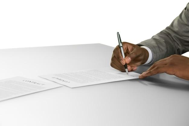 El hombre negro firma un contrato. afroamericano en una entrevista de trabajo. comenzando una carrera. espionaje corporativo.