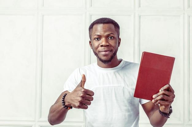 Hombre negro de negocios sosteniendo un libro