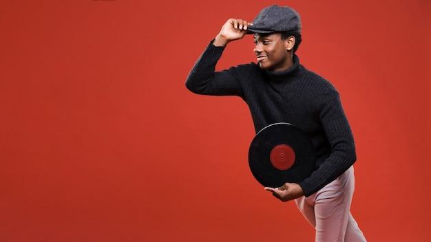 Hombre negro posando con vinilos