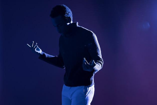 Hombre negro posando