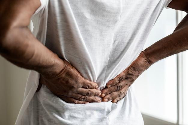 Hombre negro que sufre dolor de espalda