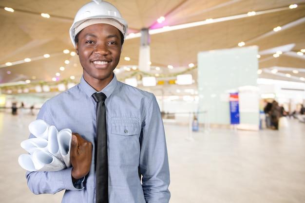 Un hombre negro trabajador de construcción afroamericano