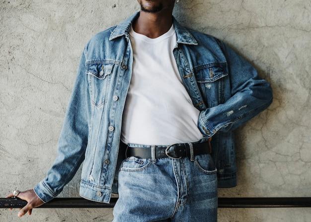 Hombre negro vistiendo una camiseta blanca de serigrafía