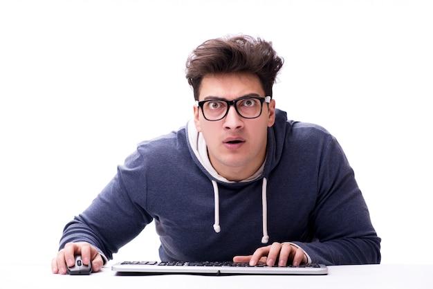 Hombre nerd divertido que trabaja en la computadora aislada en blanco