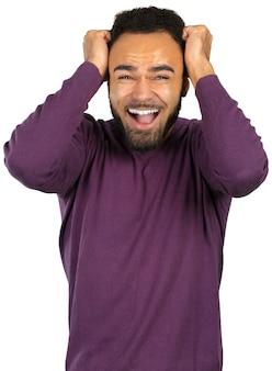Hombre nervioso negro joven en el miedo aislado en blanco