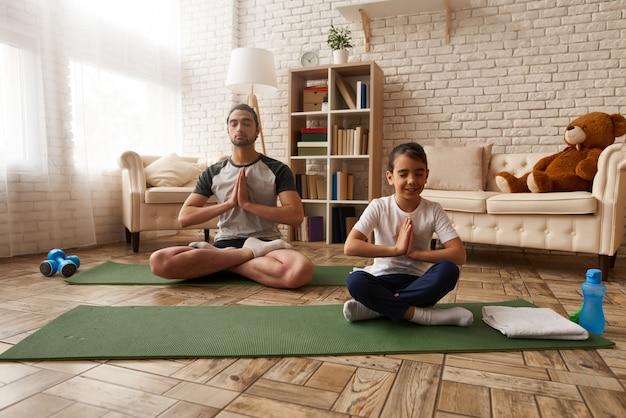 Hombre y niña árabe están haciendo ejercicios en casa