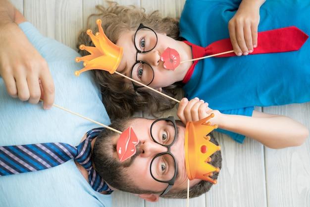 Hombre y niño en casa. padre e hijo se divierten juntos ... retrato de vista superior