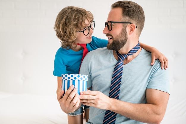 Hombre y niño en casa. padre e hijo se divierten juntos. Foto Premium