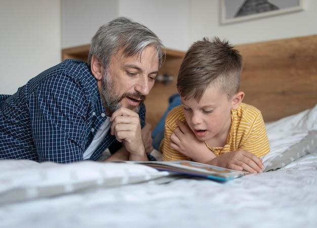 Hombre y niño leyendo plano medio