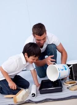 Hombre y niño pintando un dormitorio
