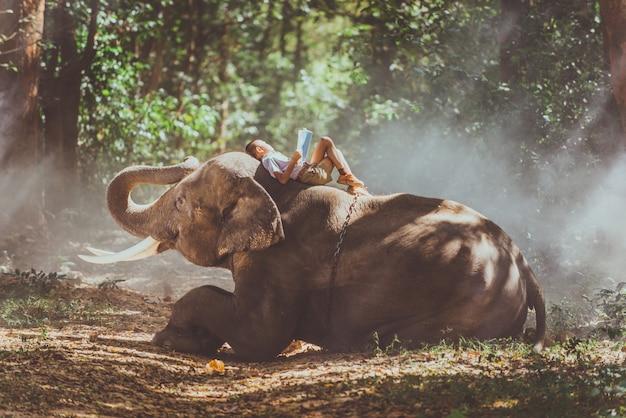 Hombre y niños yendo a la selva con el elefante, momentos de estilo de vida del norte de tailandia