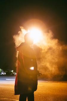 Hombre de noche en las calles de la ciudad.