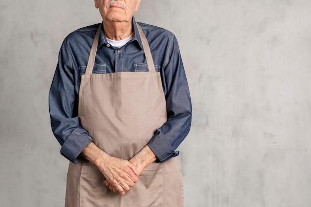Hombre norteamericano senior, llevando, un, delantal