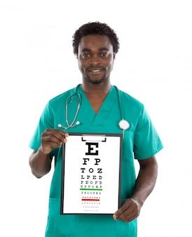 Hombre del oculista con una carta del examen de la visión aislada en un fondo blanco