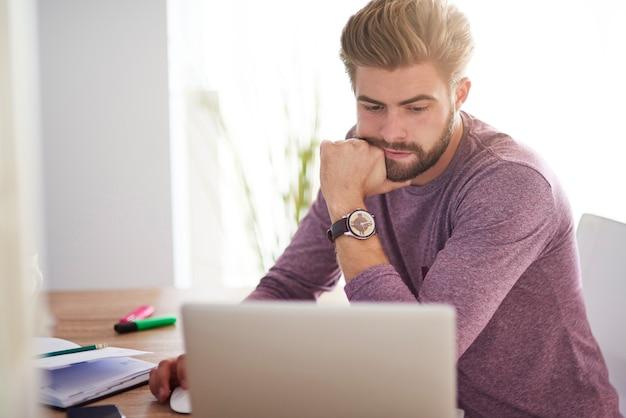 Hombre ocupado trabajando en casa