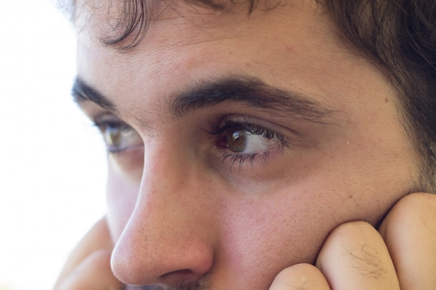 Hombre con ojos claros