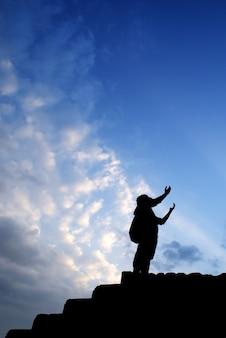 Hombre orando solo en las montañas al atardecer viajes estilo de vida relajación espiritual concepto emocional