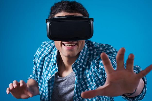Hombre de oriente medio en realidad virtual aislado.
