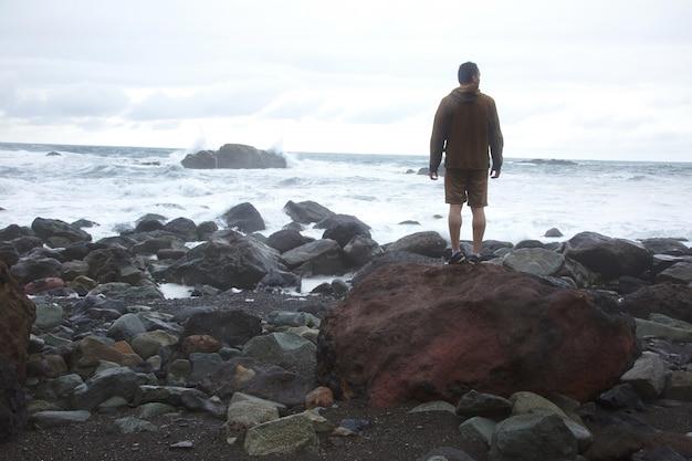 Hombre en la orilla del mar
