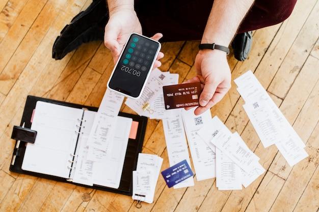Hombre pagando facturas en línea a través de la banca por internet