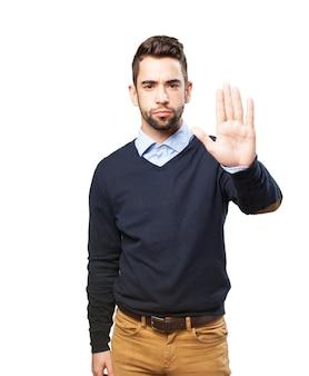Hombre con la palma levantada