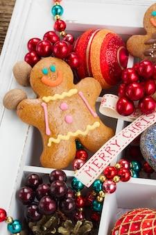 Hombre de pan de jengibre casero con coloridas decoraciones navideñas